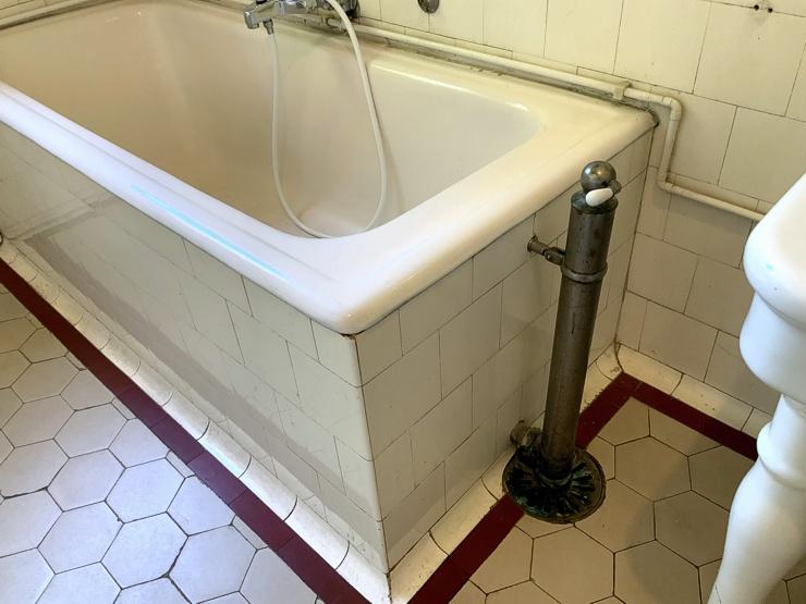 Alte Wanne in einem Bad