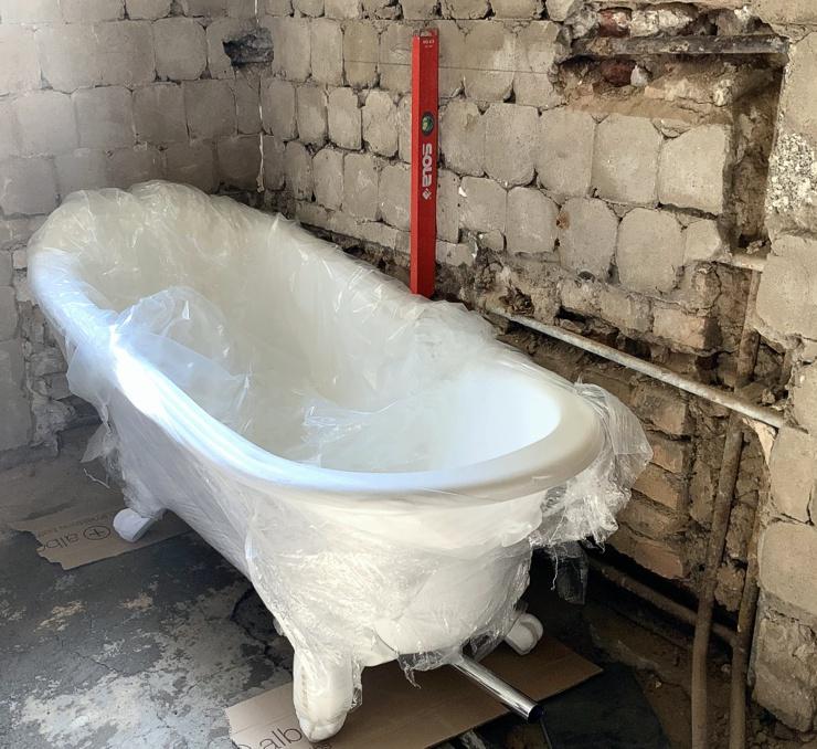 Neue Badewanne beim Badumbau