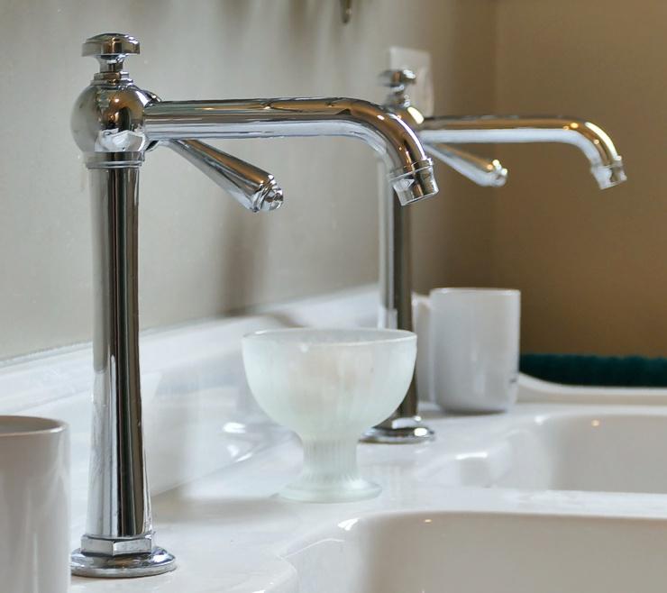 Badumbau: Armaturen Waschbecken verchromt