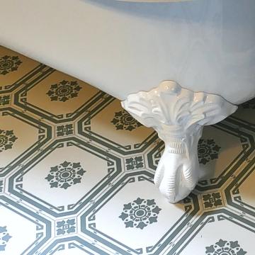 Sanierung Bad - Badewanne auf Fliesen